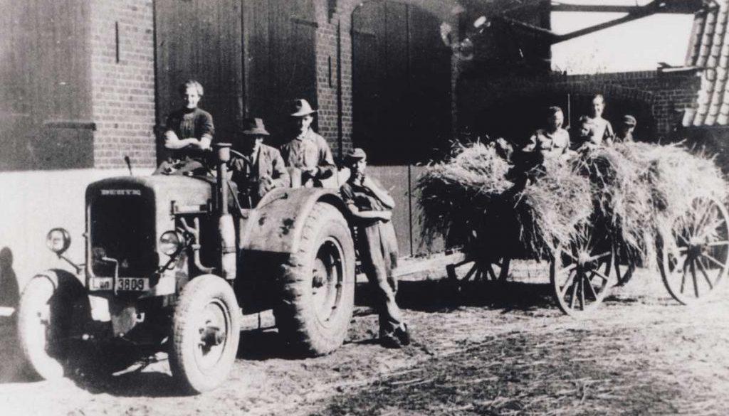 Einfahren-des-Getreides-mit-Deutz-Traktor-auf-einem-Hof-in-Bargdorf-1930er-Jahre