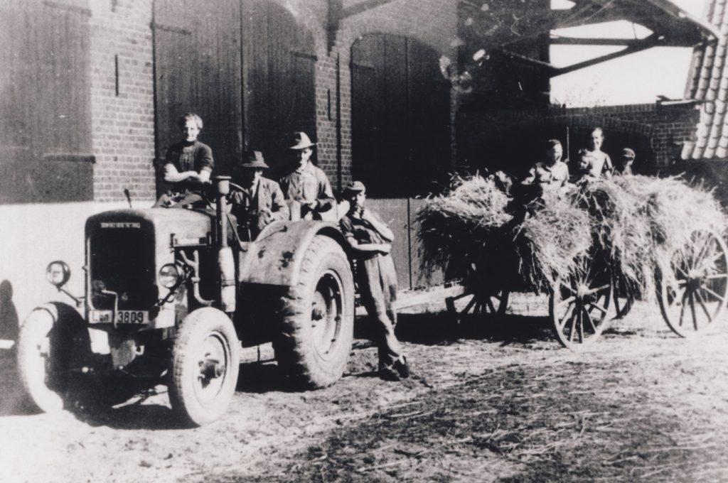 Einfahren des Getreides mit Deutz-Traktor auf einem Hof in Bargdorf, 1930er-Jahre
