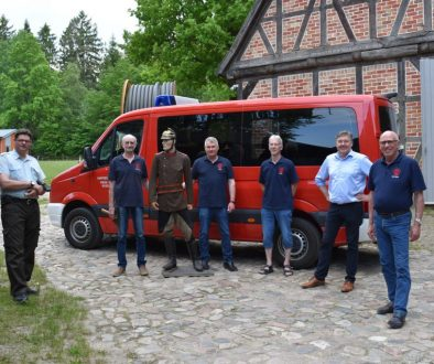 Übergabe der Feuerwehruniform im Museumsdorf